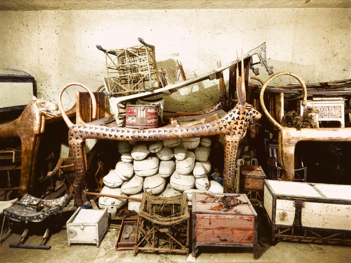 Церемониальная кровать в форме Небесной Коровы, окружённая провизией и различными объектами в передн