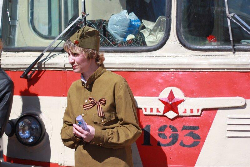 Кондуктор восстановленного ретро-троллейбуса