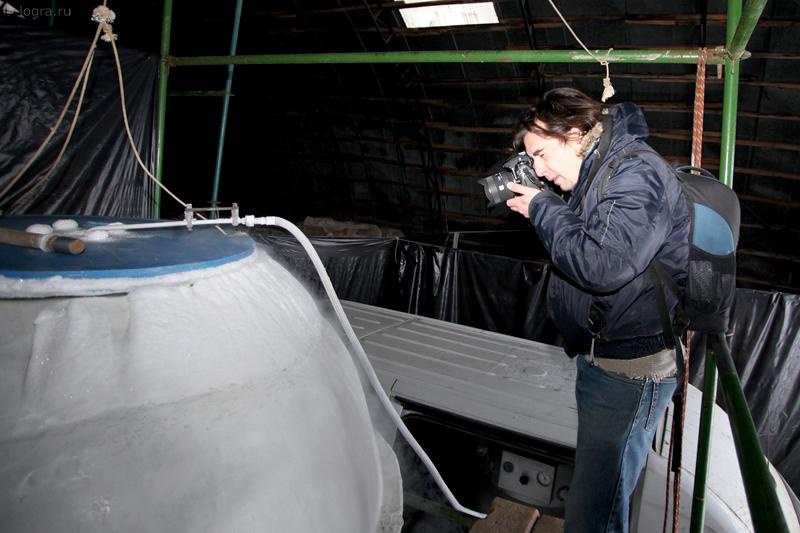 Сергей Мухамедов фотографирует криостат.