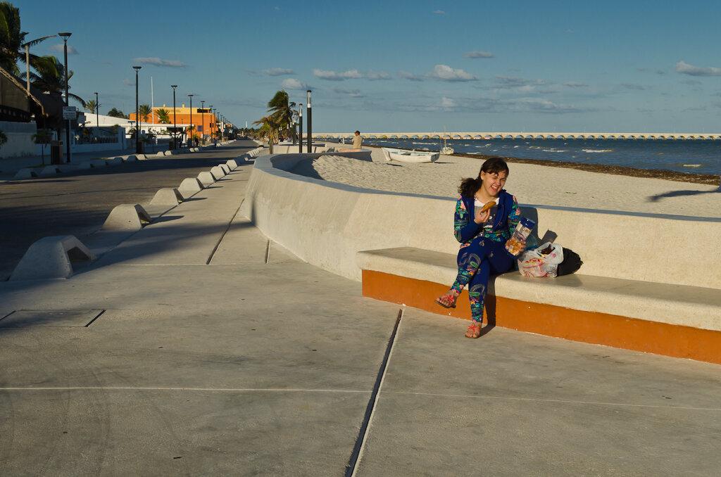 Завтрак на берегу Мексиканского залива на набережной в поселке Прогресо (Progreso). Мексика. Поездка самостоятельно