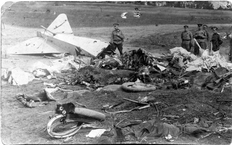 Летчики у сбитого самолета. 1915-1916.jpg