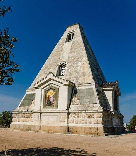 Севастопольское братское кладбище и Свято-Никольский храм-памятник.