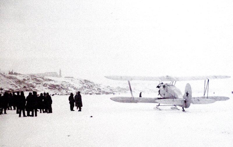 Погрузка раненых в санитарный самолёт У-2. Район Сталинграда, зима 1942-1943 гг..