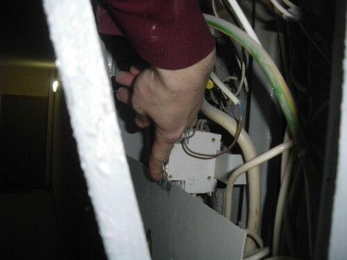 Фото 8. Вводный автоматический выключатель в этажном щите включен, электроснабжение квартиры восстановлено.