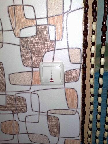 Фото 2. Стационарный выключатель освещения комнаты, где функционировала люстра с дистанционным управлением.