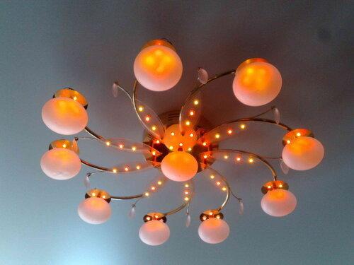 Фото 16. Отремонтированная люстра с дистанционным управлением вновь установлена на потолок. Включен режим освещения, при котором работают только светодиоды. Суммарный эффект работы диодов - красноватое свечение.