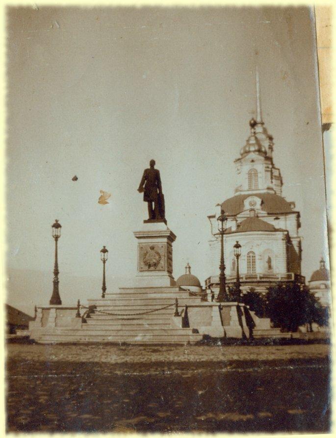 Памятник и собор в Екатеринбурге. Снято 12 июня
