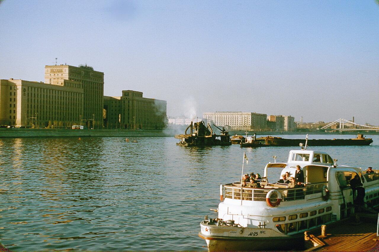 Москва-река напротив парка имени Горького