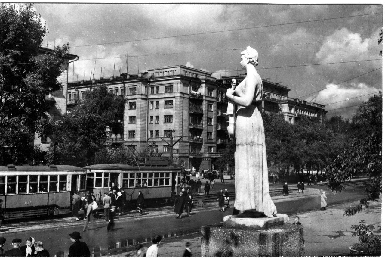 Статуя возле кинотеатра КОММУНАР