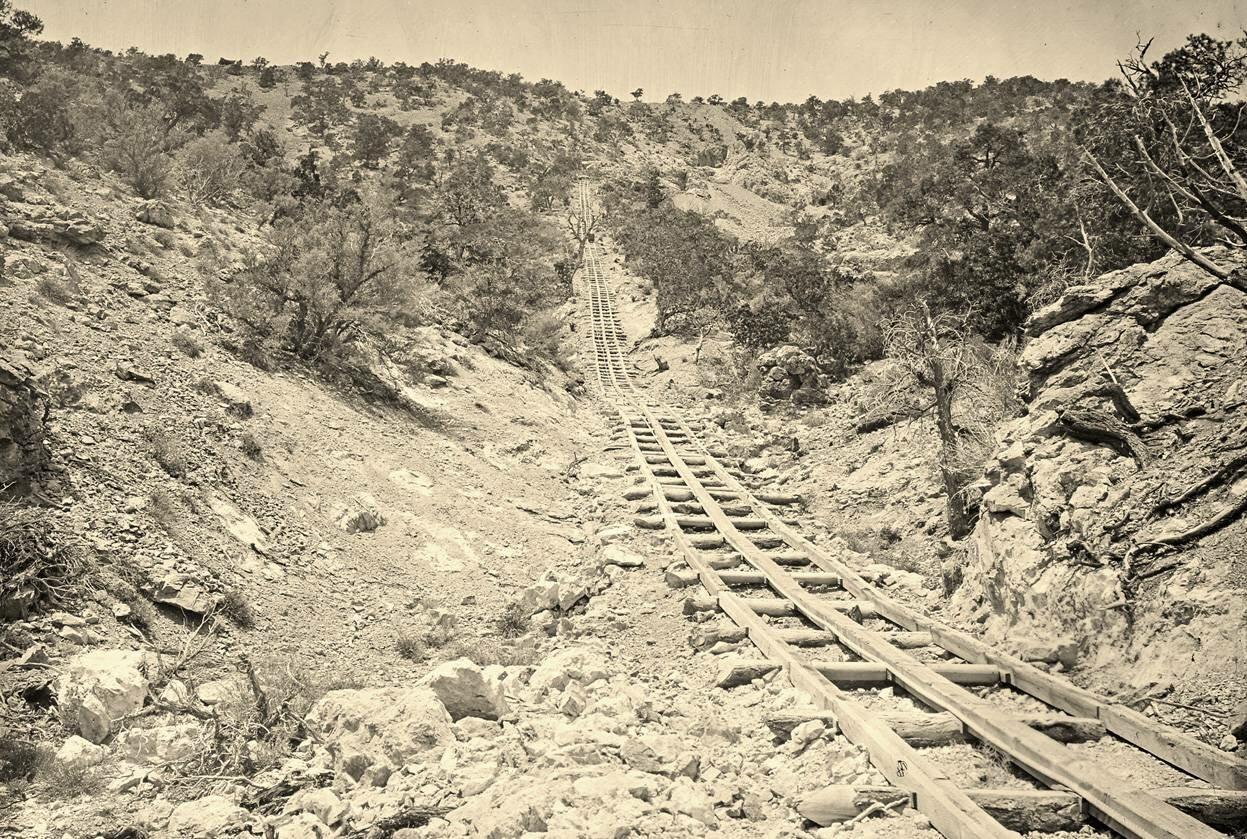 Деревянные рельсы для добычи золота на шахте в штате Иллинойс Пахранагатского горного округа, штат Невада в 1871 году