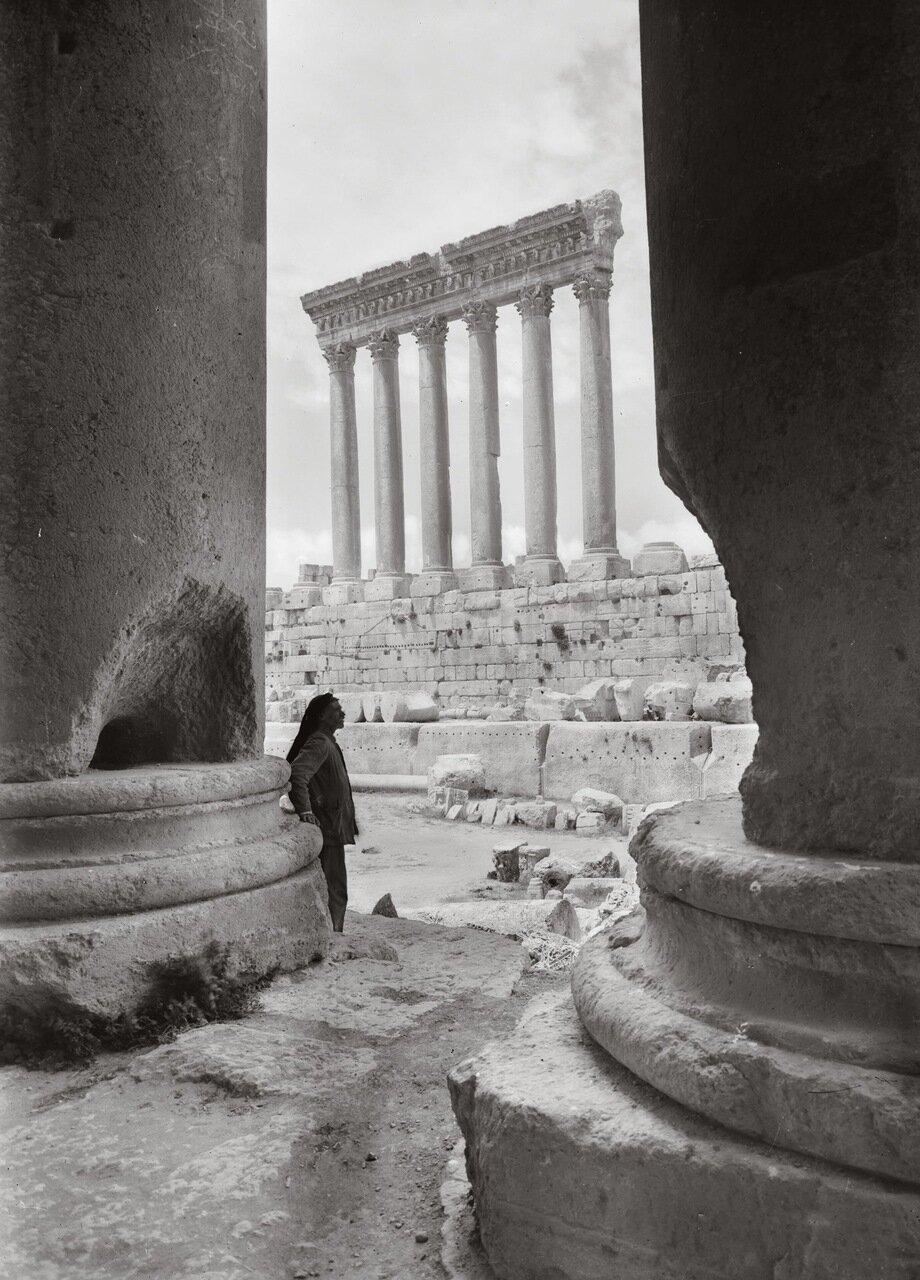 Храм Юпитера, обрамленный колоннами перистиль храма Вакха. Баальбек, Ливан. 1920-1933 гг.
