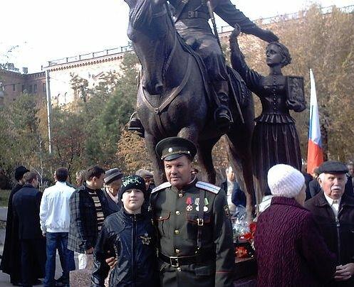Казак нашей организации Александр Носиков. С внуком у памятника казакам.