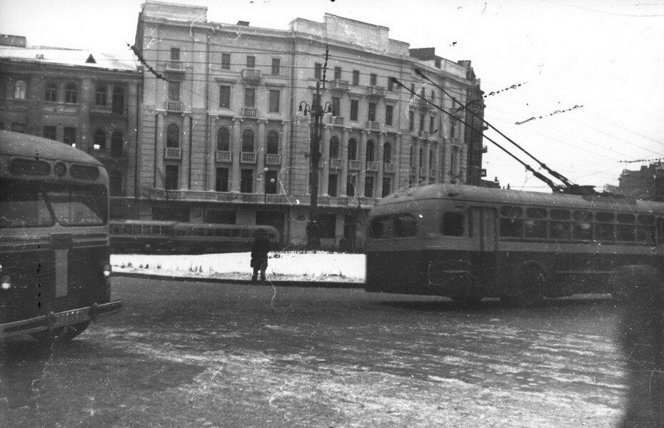 1948. Улица Красноармейская, 25 и троллейбусы на площади Толстого