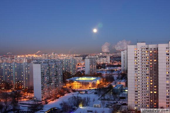 луна светит так ярко, что светло на улице