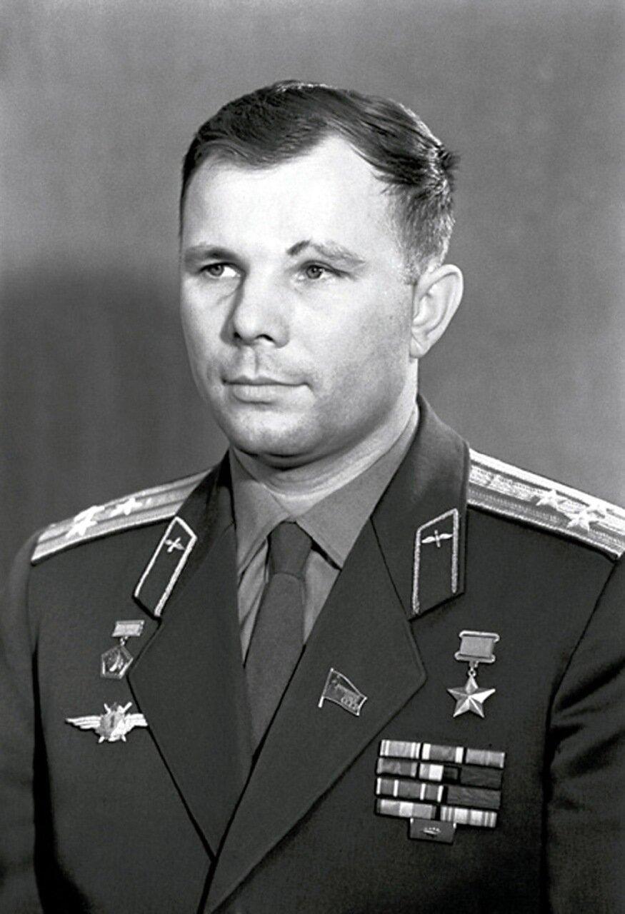 Гагарин в скафандре фото