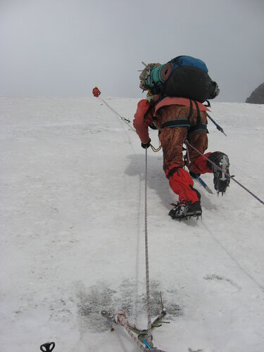 По второму ледопаду повесили 4 веревки с креплением к леднику
