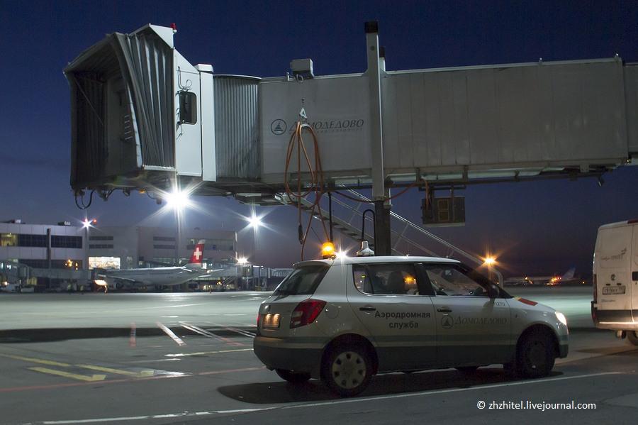 Сейчас в сопровождении аэродромной службы мы отправимся на взлетно-посадочную полосу.