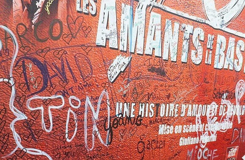 в Париже есть надписи на русском языке