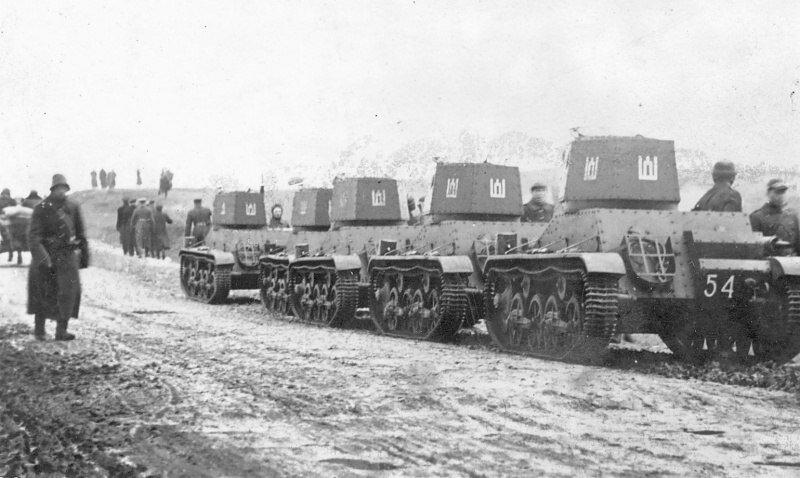 Литовские легкие танки Vickers M1933 на дороге на польское Вильно