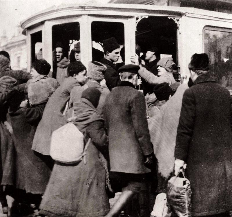 Давка в трамвае. Москва, 1920-е.
