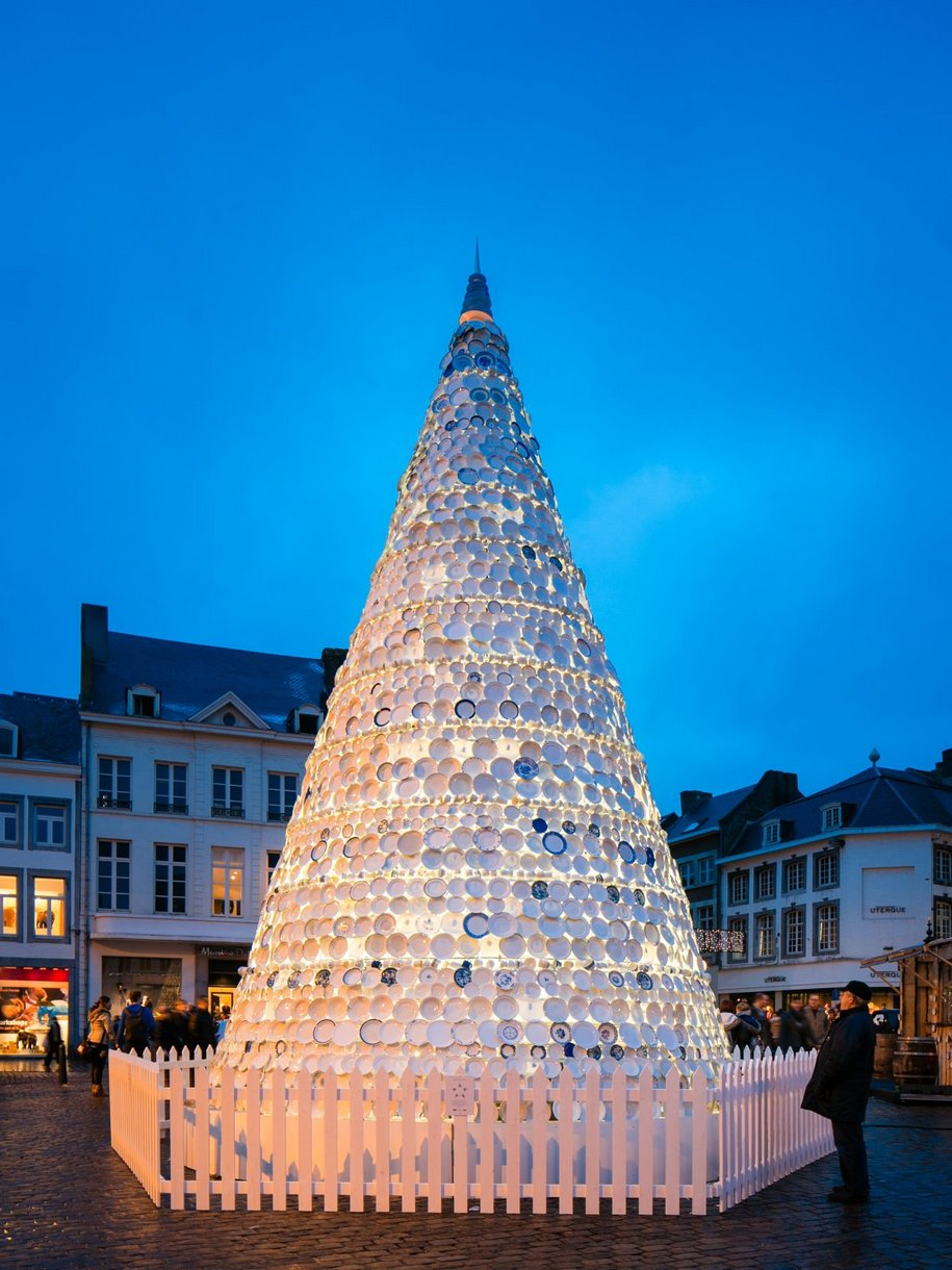 Фарфоровая новогодняя елка в Бельгии от агенства Mooz