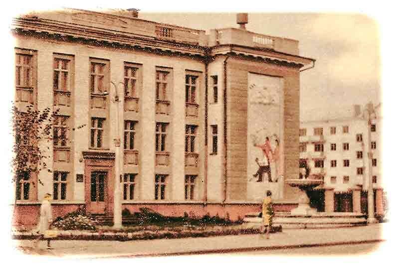 Белгород, фонтан у дворца юных техников (семинария) - демонтирован для установки памятника