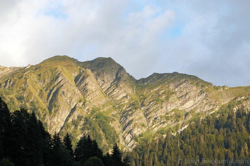 Вершины Рачинских гор в закатном свете