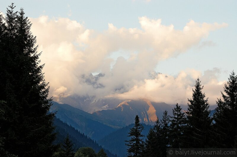 Облака на закате над Большим Кавказом (дорога в Шови)