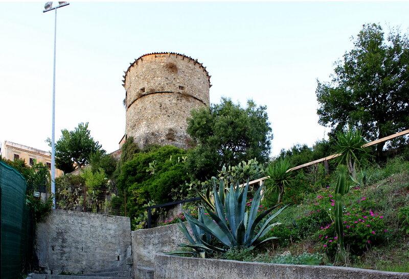 Натура приблизительно с точки художника: башня Чималонга (La Torre Cimalonga)