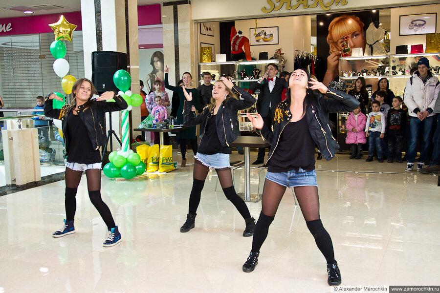 Танцевальная группа на чемпионате по армрестлингу в ТРЦ РИО 23 февраля 2013