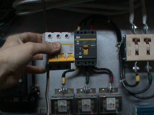 Фото 3. Идея установки временного автомата меньшего номинала была признана несостоятельной. Кроме очевидных электротехнических минусов, замена автомата потребовала бы остановить развлекательное мероприятие.