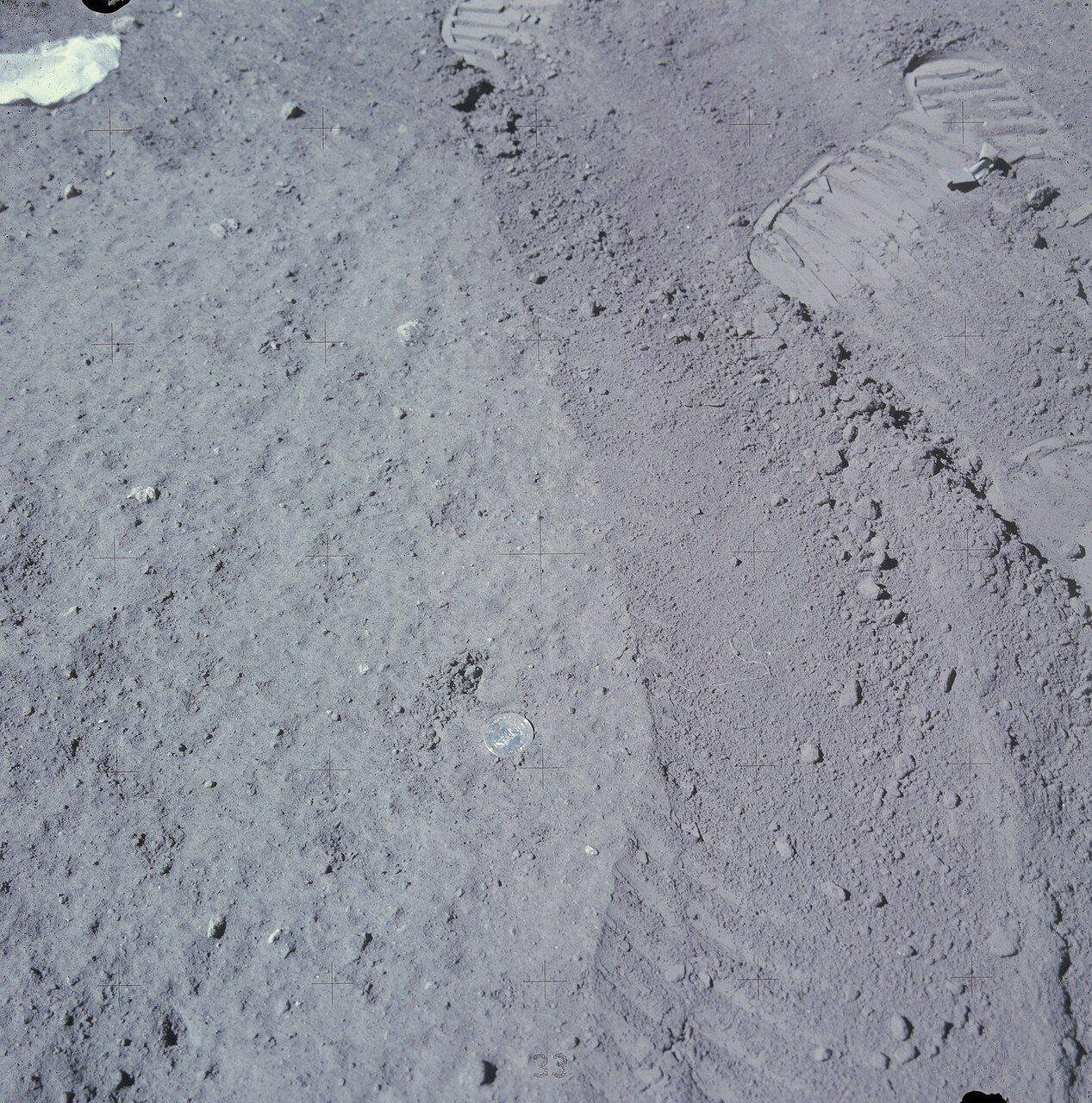 В конце третьего выхода на поверхность Дьюк недалеко от ЛМ положил на лунный грунт  памятную медаль в честь 25-летия образования ВВС США. На снимке: Памятная медаль в честь 25-летия основания ВВС США