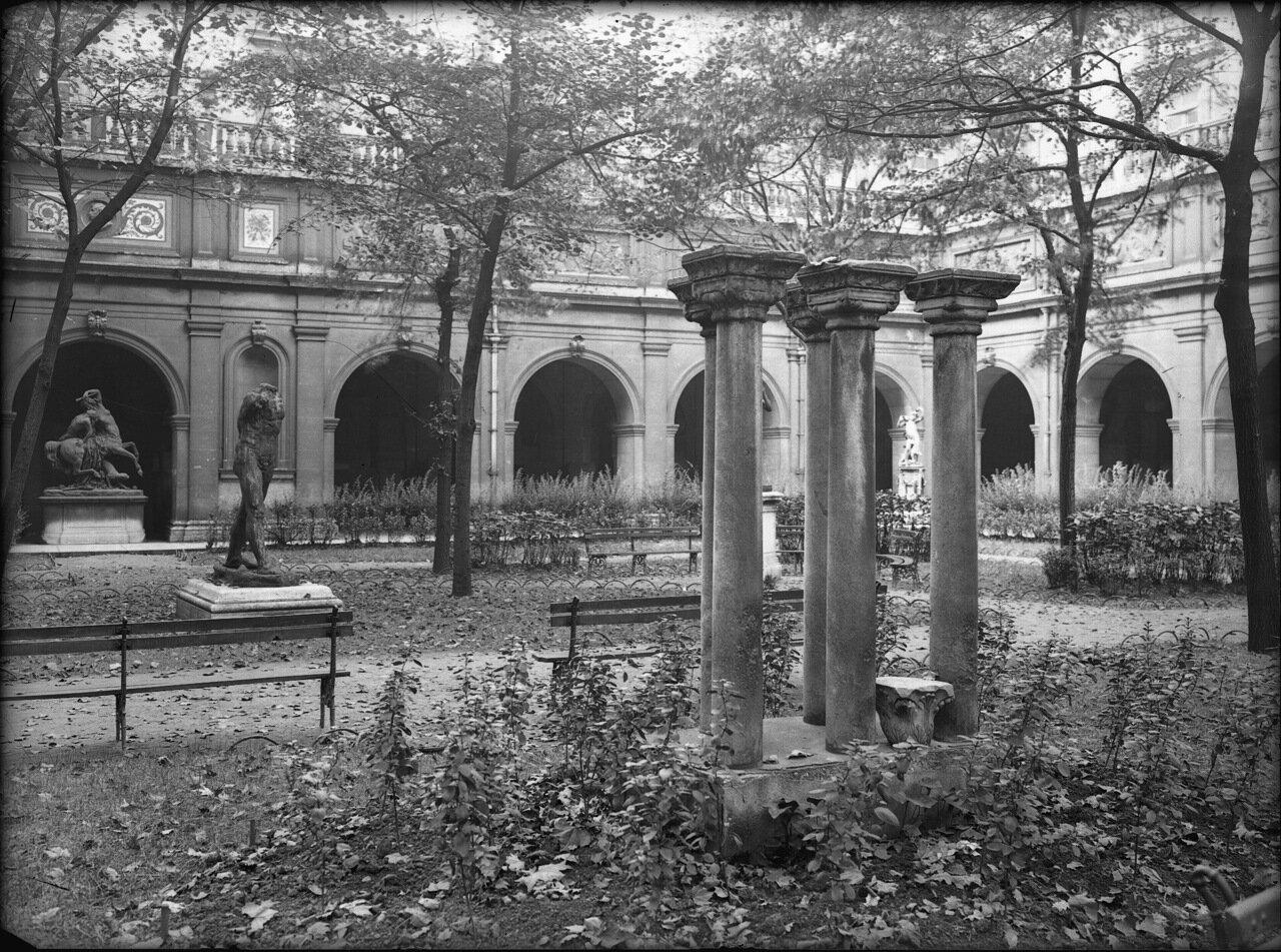 Сад внутри Дворца Святого Петра