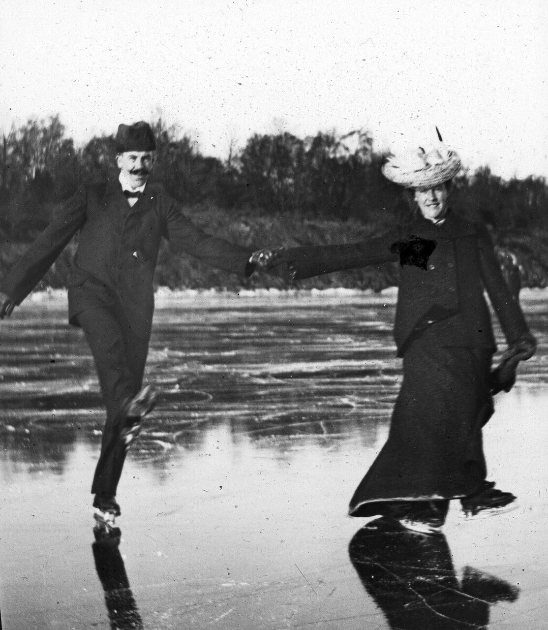 Неизвестная пара на льду, вероятно за пределами Неттрабу, Швеция 1909 г.