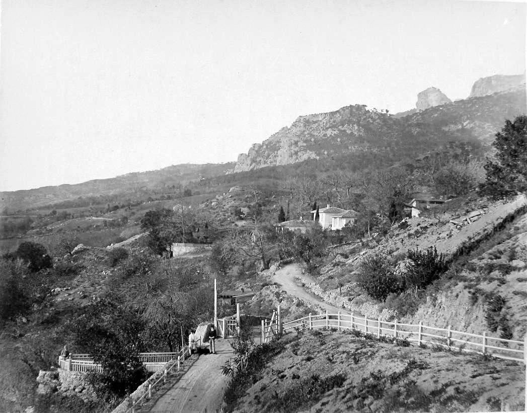 9. Местные жители на дороге близ селения у подножия горы
