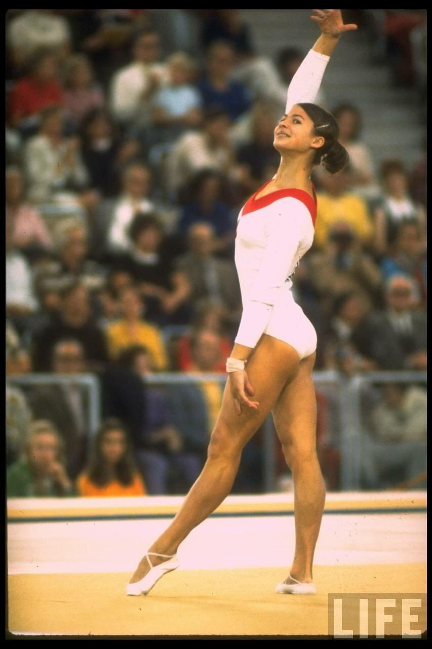 Людмила Турищева выполняет физические упражнения