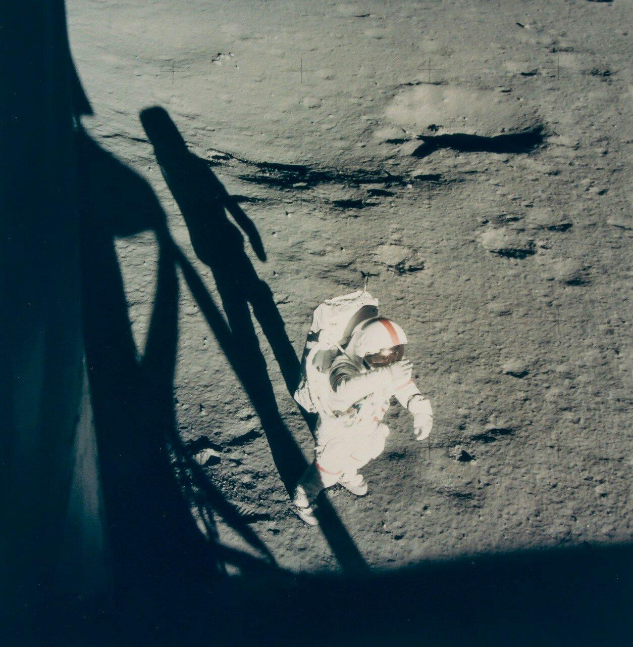 Первым на поверхность Луны в бортовое время 114 часов 31 минут спустился Шепард. При этом он произнёс: «Это был долгий путь, но вот мы здесь». На снимке: Алан Шепард на лунной поверхности