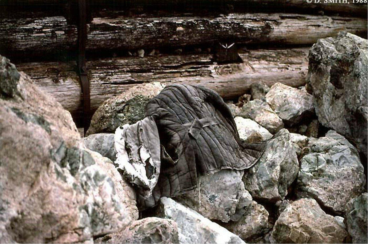 Телогрейка на камнях на берегу Байкала в Листвянке