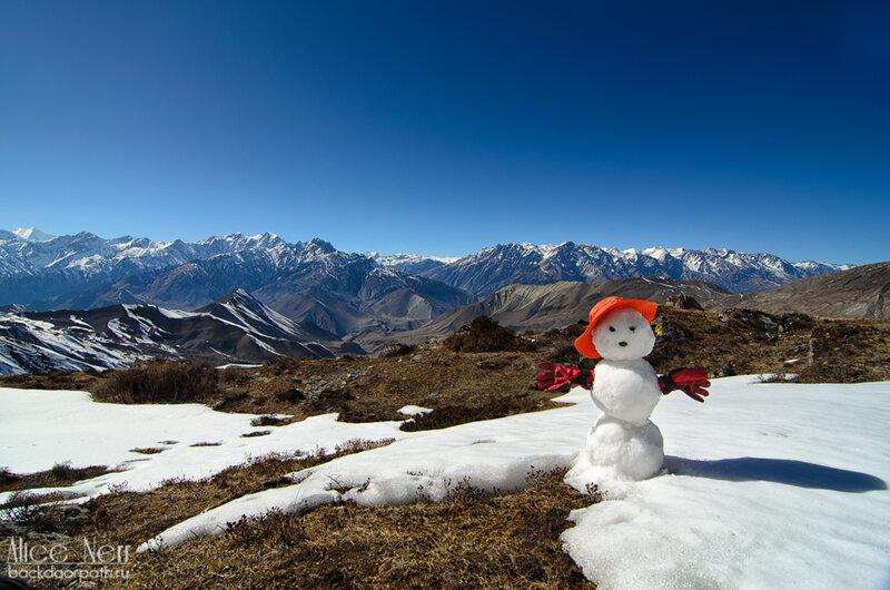 Снеговик в горах на высоте 4200, гималаи, непал