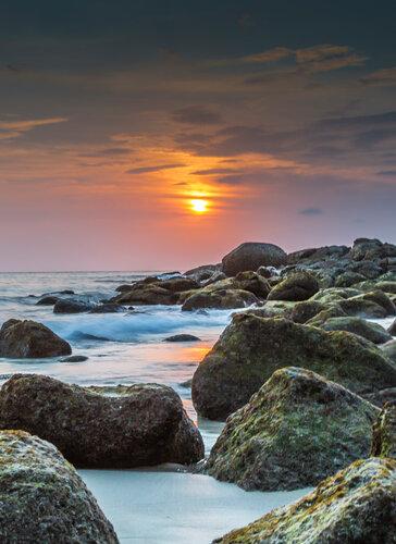 Заход солнца и камни