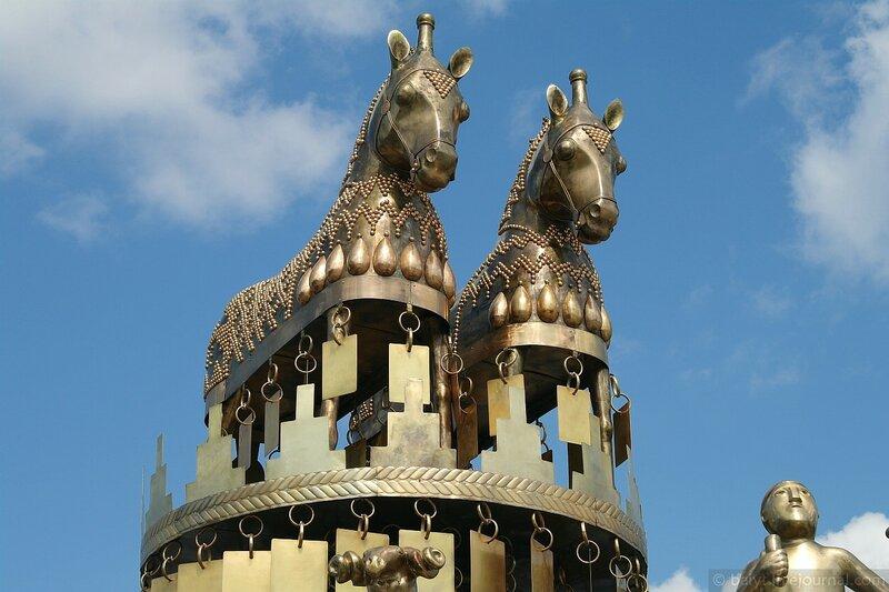 Золотые кони царя Ээта на верхушке фонтана в Кутаиси