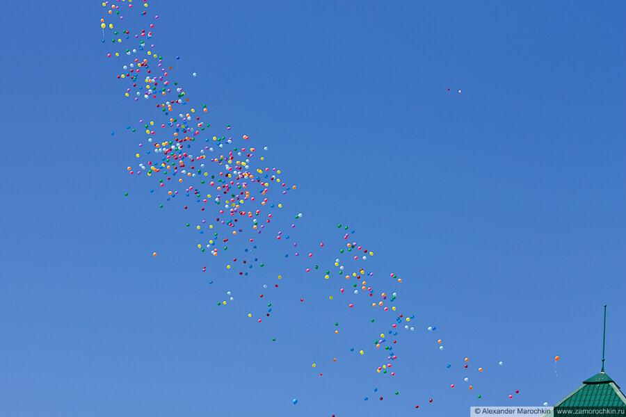 Воздушные шары в небе на День Победы в Саранске