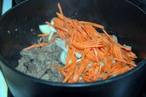 обжарить мясо с овощами