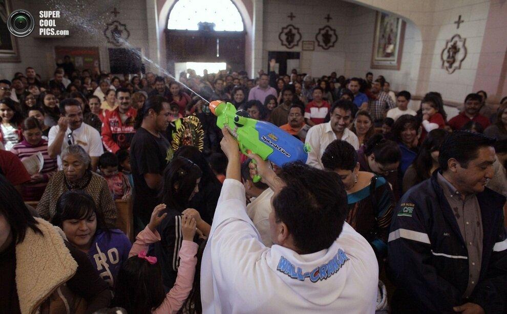 Как видно, замысел Альвареса удался — в церкви негде яблоку упасть