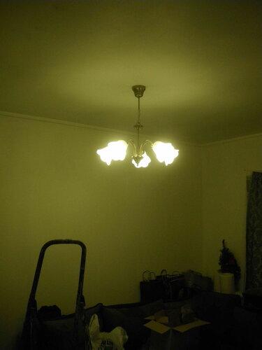 Фото 13. Одна из люстр кухни-столовой установлена на крюк-парашют и работает. В кадр попала лестница-стремянка - оборудование, совершенно необходимое электрику при установке люстр, подвесов и прочих потолочных светильников.