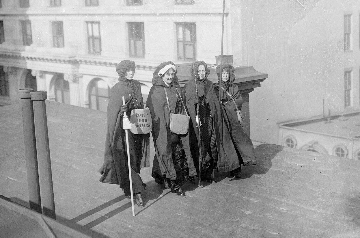 Миссис Джон Болдт, миссис Мэй Морган, мисс Док и мисс Крафт, принявшие участие в походе из Нью-Йорка в Вашингтон и параде за женское избирательное право
