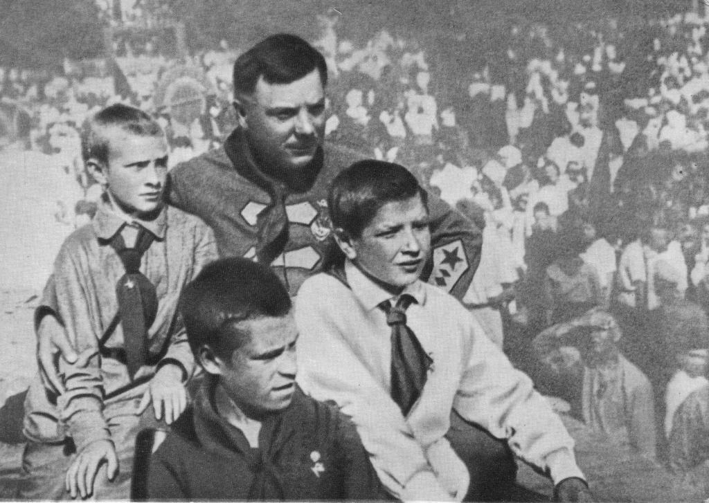 С пионерами г. Луганска. 1927 г.