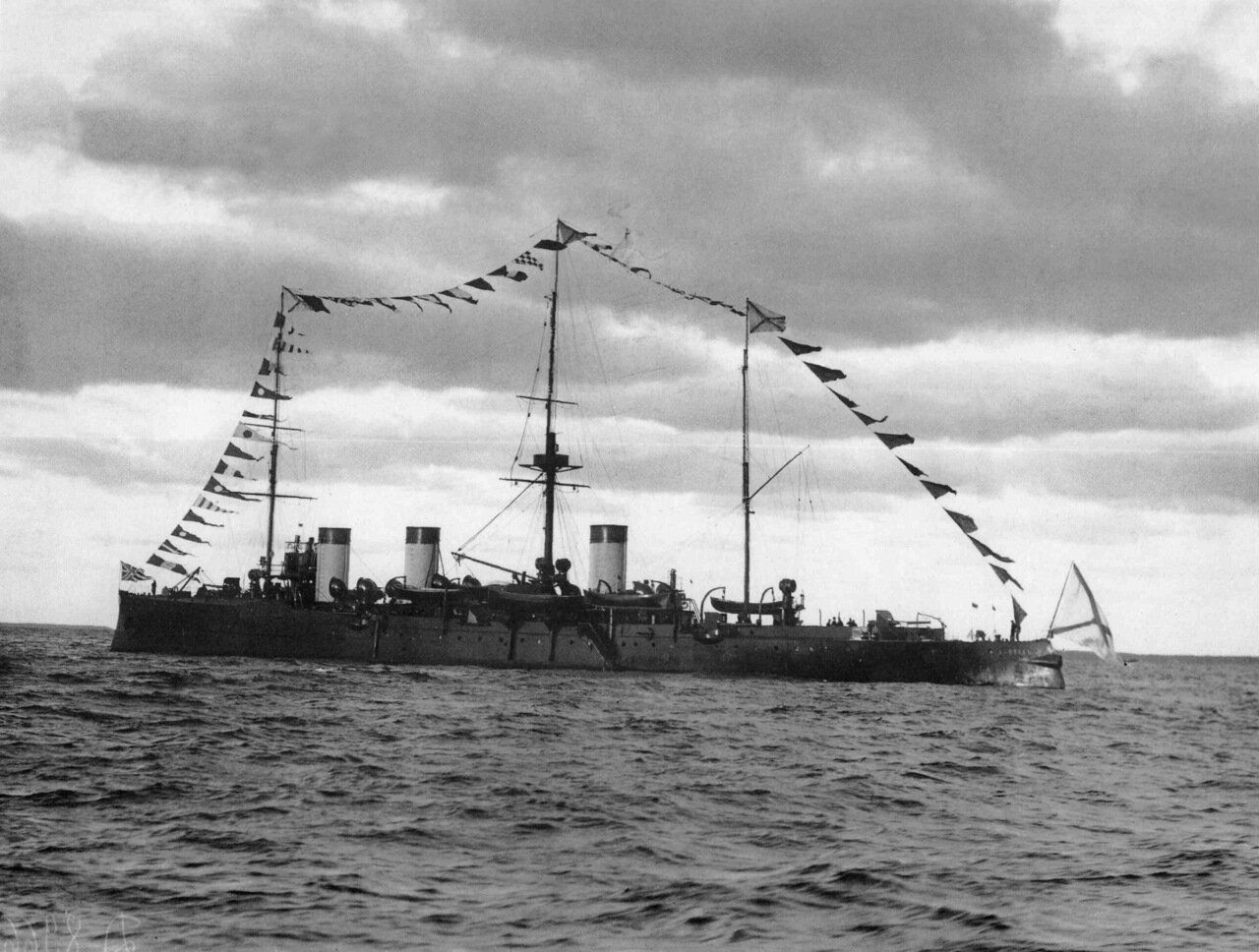Крейсер «Жемчуг» на Ревельском рейде во время императорского смотра, 27 сентября 1904 года.