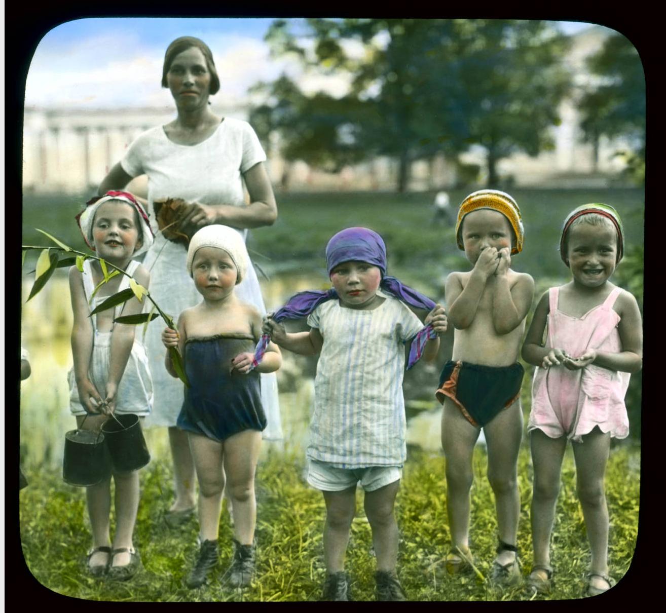Пушкин (Царское Село). Парк Екатерининского дворца: группа детей с их воспитательницей