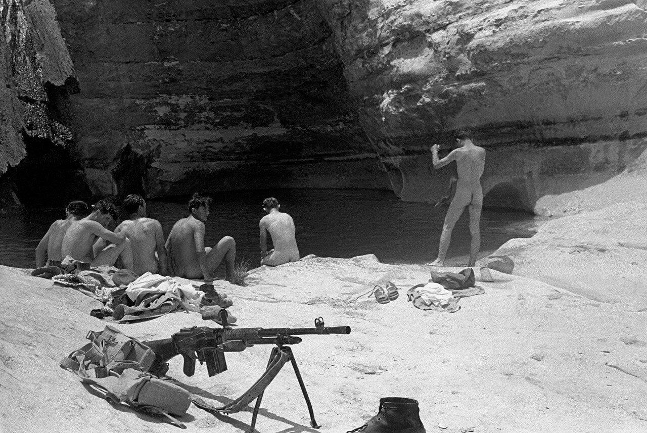 Негев. Солдаты купаются в ручье